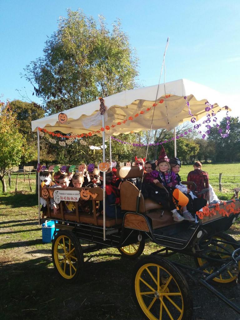 Les enfants prennent place à bord de la calèche pour la chasse aux bonbons